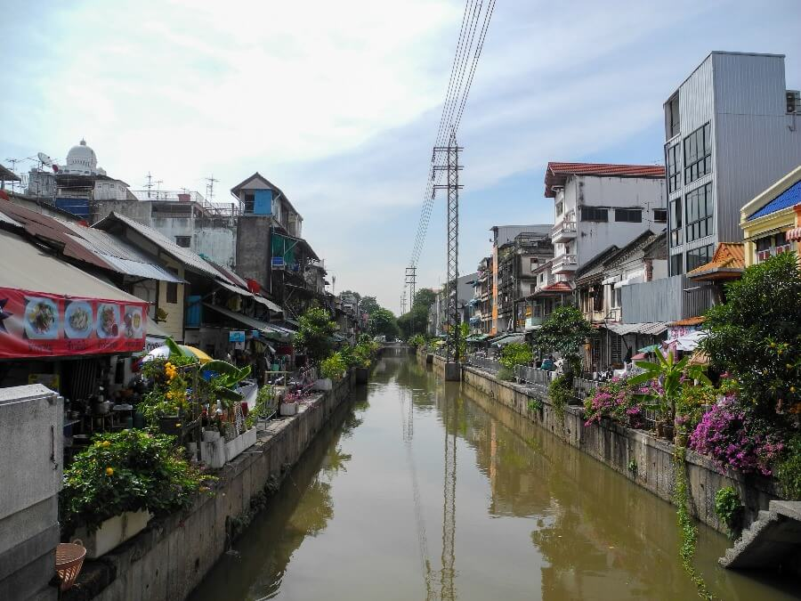 khlong mit blumen am ufer in bangkok kanalboote khlongs